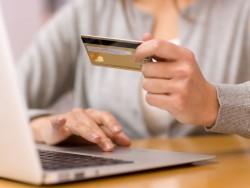 Zahlen mit Kreditkarte (Bild: Shutterstock)
