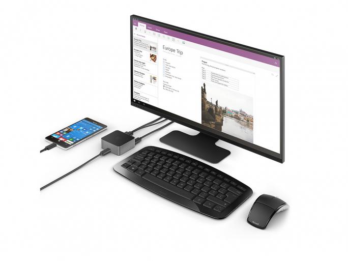 Das Microsoft Display Dock bringt Inhalte des Lumia 950 Windows-Phones auf einen Bildschirm. Anwender können dennoch das Smartphone wie gewohnt weiter benutzen. (Bild: Microsoft)