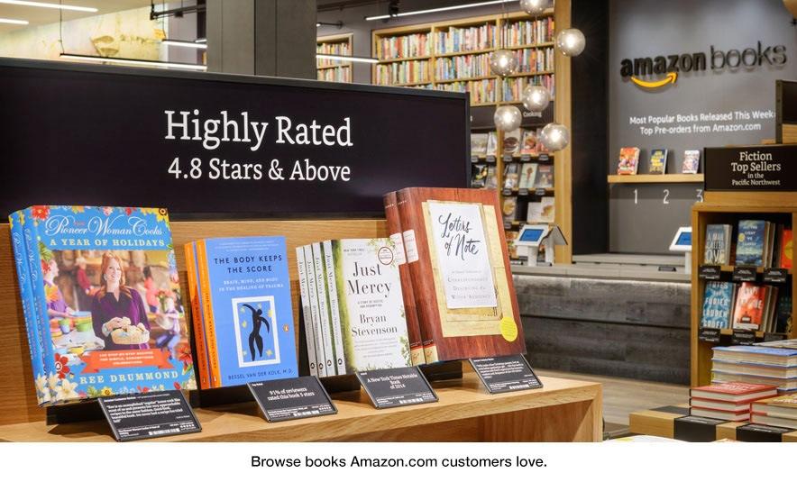 Keine Buchrücken, keine Preise und kuratierte Kommentare aus dem Online-Shop: Der Amazon-Buchshop ist anders als ein traditioneller Buchladen. (Bild: Amazon Books)