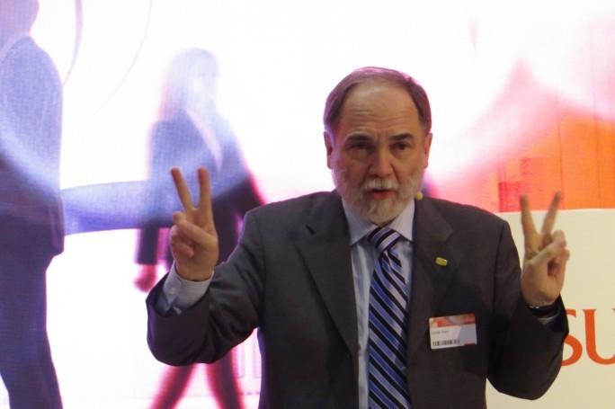 Fujitsus Chef-Visionär, Joseph Reger (Chief Technology Officer EMEIA (Europe, Middle East, India, Africa) bei einer Fragestunde mit internationalen Journalisten. Reger gilt als Begründer des Innovationsprozesses bei Fujitsu und hat maßgeblichen Einfluss auf die Produkt-Strategie des IT-Riesen. (Foto: Mehmet Toprak)