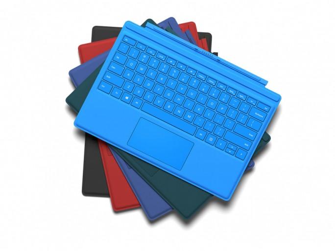 Als Zubehör gibt es auch das überarbeitete Surface TypeCover in mehreren Farben (Bild: Microsoft).