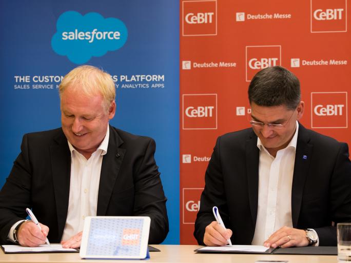 Joachim Schreiner, Salesforce-Deutschlandchef und Oliver Frese, Vorstand der Deutschen Messe AG unterzeichnen den Kooperationsvertrag zur CeBIT 2016. (Bild: Salesforce.com)