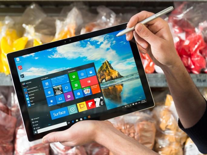 Je nach Ausstattung kostet das auch mit Stift bedienbare 2-in-1-Gerät Surface Pro 4 zwischen 999 und 2449 Euro (Bild: Microsoft).
