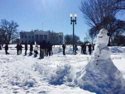 Dieser im Januar von dem Aktivisten Max Schrems vor dem Weißen Haus gebaute Schneemann soll den Whistleblower Edward Snowden darstellen (Bild: M. Schrems via Twitter)