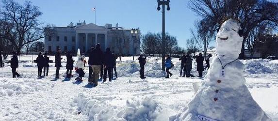 Dieser Schneemann vor dem Weißen Haus soll den Whistleblower Edward Snowden darstellen und stammt von dem Aktivisten Max Schrems. (Bild: M. Schrems via Twitter)
