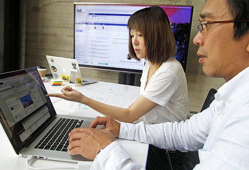 Zwei IBM-Berater arbeiten an einer neuen Nutzerschnittstelle für sichere Blockchain-Apps. (Bild: George Nikitin/Feature Photo Service for IBM)