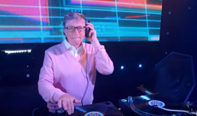 Bill Gates tritt für seine Stiftung auch schon mal als DJ auf. (Bild: Gates Foundation)