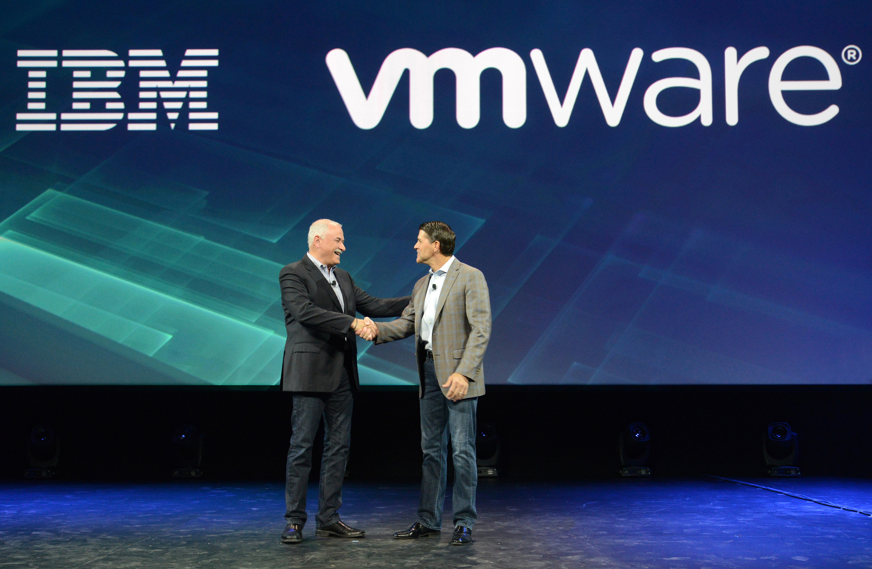 Pat Gelsinger, CEO von VMware und Robert LeBlanc, SVP der IBM Cloud geben auf der InterConnect in Las Vegas die Partnerschaft ihrer jeweiligen Unternehmen bekannt. (Bild: Alan M Rosenberg/Feature Photo Service for IBM)