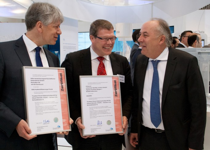 Übergabe der TCDP-Zertifikate an VDG-Geschäftsführer Dr. Carsten Braatz (links) und Uniscon-Geschäftsführer Dr. Hubert Jäger (Mitte) durch BMWi-Staatssekretär Matthias Machnig (rechts) (Bild: TÜV Informationstechnik)