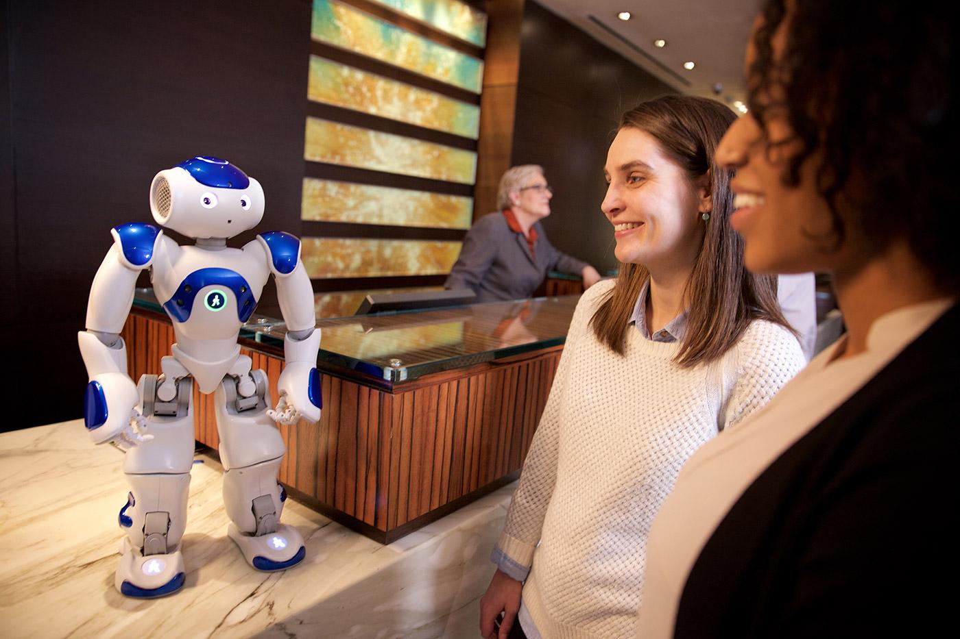 In einem Pilot-Projekt von Hilton, IBM und WayBlazer.com wird der Roboter Connie als Concierge trainiert. (Bild: IBM)