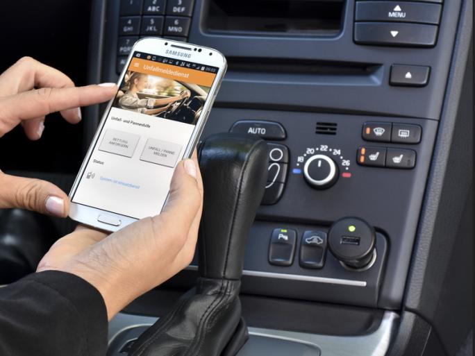 App und Stecker für den Unfallmeldedienst (Bild: GDV)
