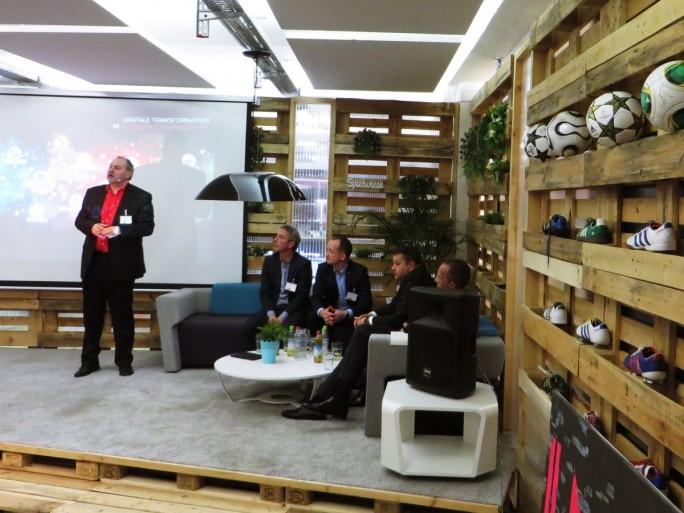 Die Führungsmannschaft von Kyocera gibt einen Ausblick auf die Bürowelt der Zukunft. Die Veranstaltung fand in passender Umgebung statt, dem Smart Village in München. Hier sollen Start-ups und Kreative Büroflächen mieten, die kreativ-entspanntes Arbeiten ermöglichen. Auch Seminar- und Tagungsräume werden angeboten  (Foto: Mehmet Toprak).