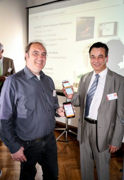Präsentation von Sayphone auf der Saytec-Hausmesse – Saytec-CEO Yakup Saygin (rechts) und Technik-Vorstand Robert Hahner (Bild: Saytec)