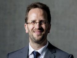 """Klaus Müller, Vorstand des vzbv, sieht das Urtreil des Kammergerichts Berlin auch als """"wichtiges Signal an andere international handelnde Unternehmen"""" (Bild: vzbv/Jan Zappner)."""