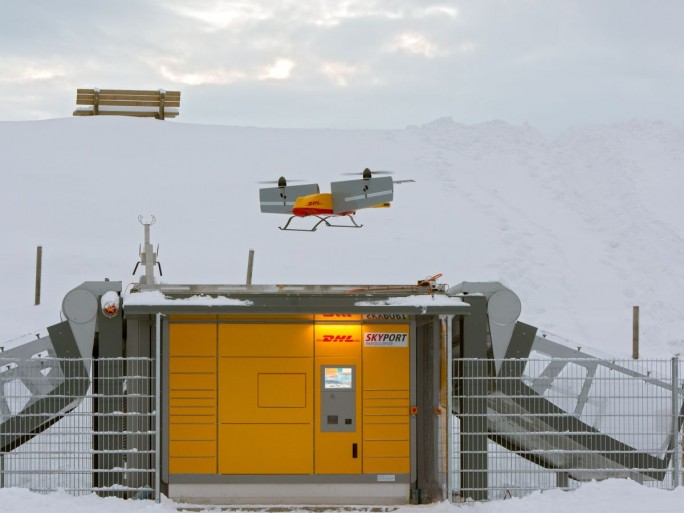 Die dritte Generation des DHL Paketkopters im Anflug auf eine der speziell für das automatische Be- und entladen entwickelten Packstationen (Bild: DHL/Andreas Heddergott)
