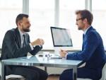 Berater im Gespräch (Bild: Shutterstock/Pressmaster)