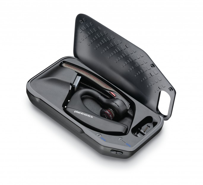 Das Voyager 5200 UC wird zusätzlich mit einer Ladebox und dem Klasse 1-USB-Bluetooth-Adapter BT600 geliefert, der eine Verbindung des Headsets mit PCs oder Laptops ermöglicht (Bild: Plantronics).