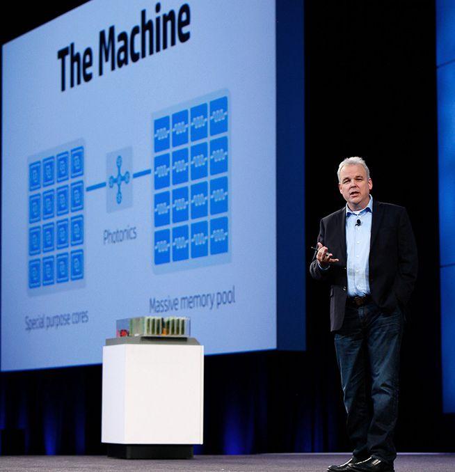 """Martin Fink mit seinem letzten """"Baby"""" bei HP: Dem Architekturkonzept """"The Machine"""" (Bild: HPE)"""