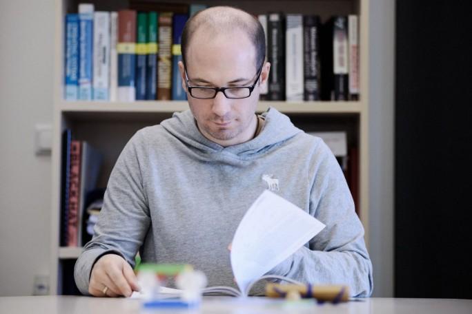 Prof. Dr. Thorsten Holz vom RUB-Lehrstuhl für Systemsicherheit entwickelt ein Verfahren, das Schwachstellen in praktischer jedem Programm aufspüren kann. Dabei muss er einige Umwege gehen, bis zum Projekt-Ende 2020 will er jedoch ein universelles Analyseverfahren entwickelt haben. (Bild: Ruhr-Universität Bochum)