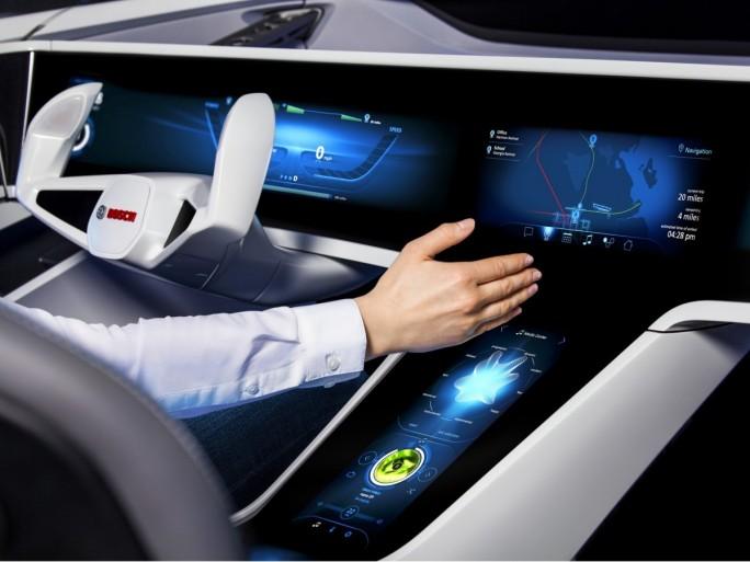Mit Cloud-Unterstützung und selbstlernenden Algorithmen sind Fahrzeuge künftig in der Lage, den Fahrer bei einem unfallfreien und weitgehend automatisierten Fahren zu helfen (Bild: Bosch).