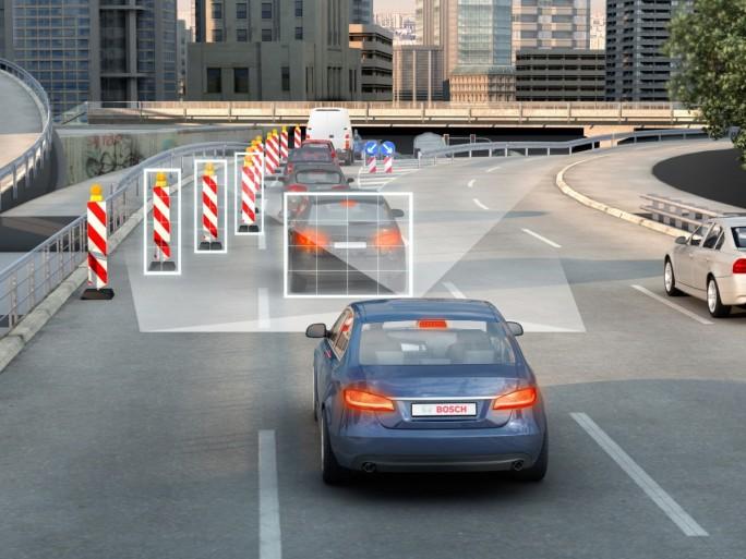 Immer mehr Sensoren und Kameras sorgen für mehr Sicherheit im Straßenverkehr, verlangen jedoch auch leistungsfähige IT-Systeme im Auto (Bild: Bosch).