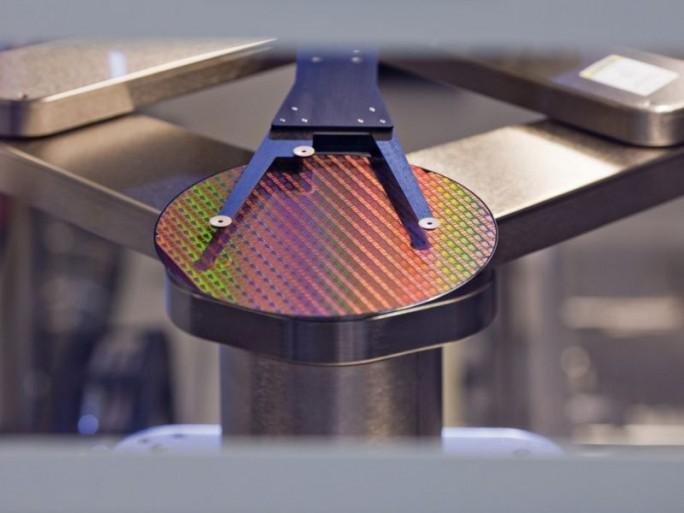 Jahrzehntelang tickte eine ganze Branche nach dem Mooreschen Gesetz - nicht nur die Firma des Mannes, der es postuliert hatte.  Das Bild zeigt das Wafer-Handling bei Infineon (Bild: Infineon).