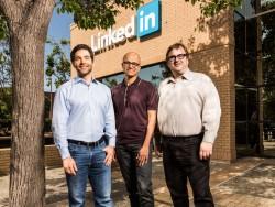 LinkedIn-CEO Jeff Weiner, Microsoft-Chef Satya Nadella und LinkedIn-Chairman Reid Hoffmann (von links) vor der LinkedIn-Zentrale in Mountain View (Bild: Microsoft).