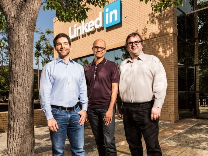 LinkedIn, Microsofts neues Standbein im Cloud-Geschäft. Hier im Bild LinkedIn CEO Jeff Weiner, Microsoft-Chef Satya Nadella und LinkedIn-Chairman Reid Hoffmann. (Bild: Microsoft)
