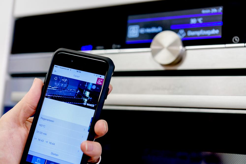 """Kühlschrank, Handy, Stereoanlage oder Auto, jedes IoT-Gerät wird mit einer eigenen Software betrieben. Über den Umweg einer """"Zwischensprache"""" soll nun eine universelle Sicherheitsanalyse möglich werden. (Bild: Ruhr-Universität Bochum)"""