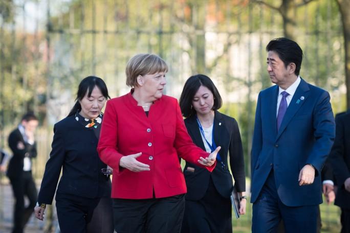 Bundeskanzlerin Angela Merkel und Japans Ministerpräsident Shinzō Abe besprachen bereits bei dessen Besuch auf Schloss Meseberg im Mai die Teilnahme Japans als Partnerland der CeBIT. (Bild: Bundesregierung/Kugler)