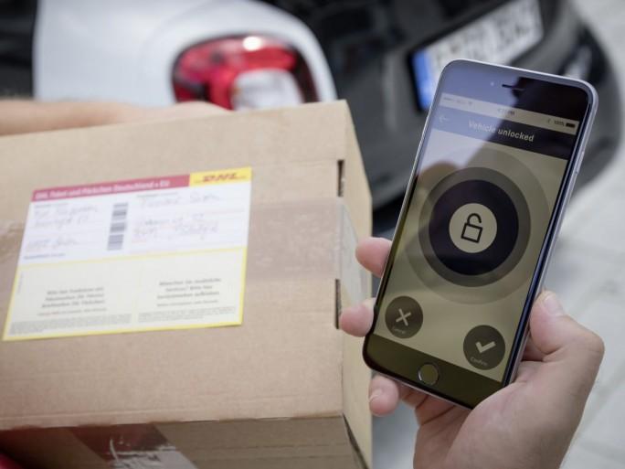 Der Zusteller kann mittels seiner App das Fahrzeug des Empfängers mit der TAN nur in einem bestimmten Zeitraum und lediglich einmal öffnen (Bild: Daimler)