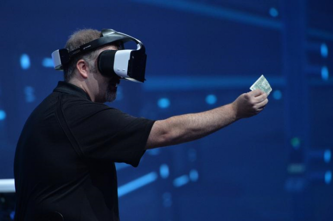 Intels Craig Raymond präsentiert die Virtual-Reality-Brille Project Alloy: (Bild: Intel)