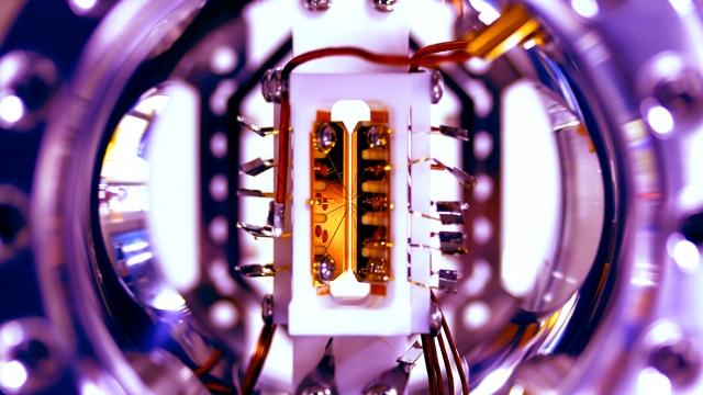 Der Blick in die Ionen-Falle der Forscher der Universität Maryland. Fünf Ionen sind hier in einem Magnetfeld gehalten. Über Laser können diese verschiedene Energiezustände haben. (Bild: S. Debnath and E. Edwards/JQI)