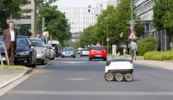 Straßen quert der ansonsten weitgehend autonom agierende Lieferroboter nur nach Freigabe durch den menschlichen Operator. (Bild: Metro Group)