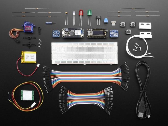 Dieses Set zum Einstieg in IoT-Nutzung mit Azure IoT Suite verwendet einen Adafruit-Feather-Mobilcontroller mit WLAN-Anbindung. Es kostet im Web 106 Dollar. (Bild: Microsoft)