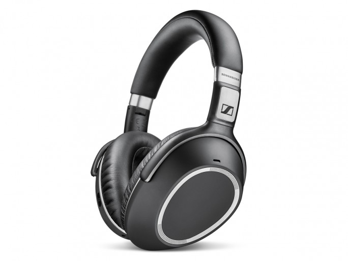 Der Sennheiser PXC 580 kombiniert einen Over-Ear-Kopfhörer mit Mikrofon und aktiver Geräuschunterdrückung. Durch die Noise-Cancelling-Funktion bleibt man vom Umgebungslärm verschont. Besonders komfortabel ist der Hörer durch die drahtlose Signalübertragung via Bluetooth, gesteuert wird er über berührungsempfindliche Trackpads auf der Außenseite der Ohrmuscheln. (Bild: Sennheiser)
