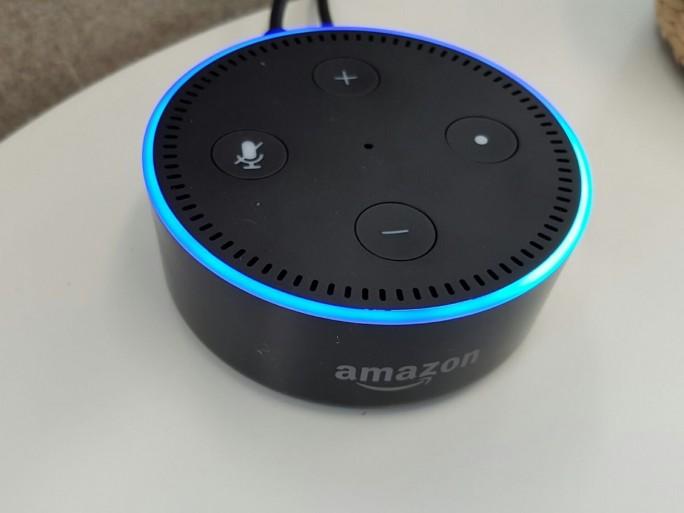 Vom kleineren und günstigeren Echo Dot sollte laut Amazon am besten in jedem Raum einer platziert werden. Daher gibt es ihn einzeln, im Sechserpack für 299,99 Euro und sogar im 12-er-Pack für 599,99 Euro. (Bild: Übergizmo.de)