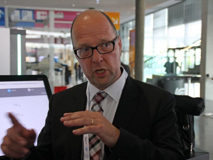 Für Michael Mey, Managing Consultant bei den HPE Advisory and Consulting Services, erklärt, dass es in einer digitalen Fabrik vor allem darum geht, dass alle Beteiligen Abteilungen im Unternehmen mit den gleichen Daten arbeiten. (Bild: Martin Schindler)
