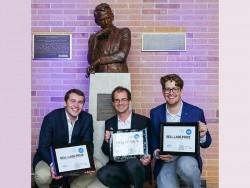TUM-Forscher Fabian Steiner, Georg Böcherer, und Patrick Schulte (von links) vor der Statue von Claude Shannon. (Bild: Denise Panyik-Dale/Alcatel-Lucent)