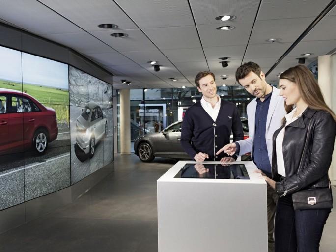"""Mit dem Konzept """"Audi City"""" bietet das Unternehmen Kunden Schauräume, in denen sie ihr Wunschauto auf riesigen Video-Displays aus allen Winkeln betrachten können. (Bild: Audi)"""