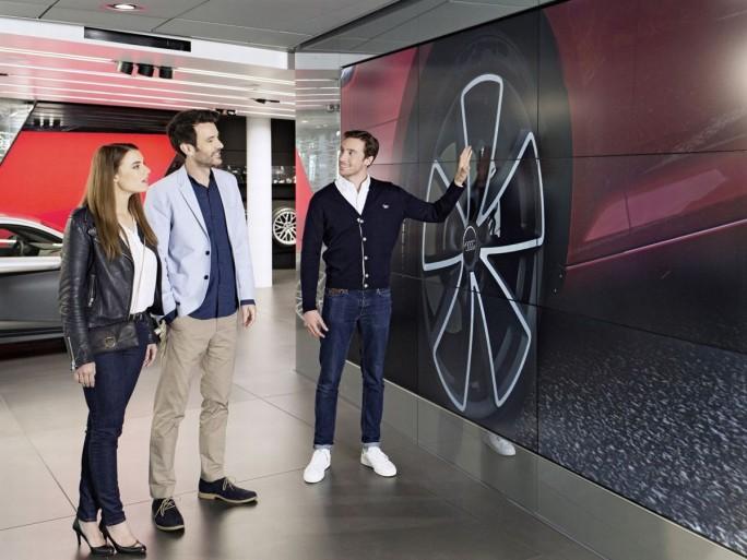 Mit den Audi Citys kann sich jeder seinen Neuwagen individuell konfigurieren und auf riesigen Videowänden ansehen. (Bild: Audi)