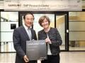 Der für Samsungs Speichergeschäft verantwortliche Manager Young-Hyun Jun und Adaire Fox-Martin, SAP-Präsidentin für die Region Asia Pacific Japan, bei der Einweihung des Forschungszentrums in Hwaseong (Bild: Samsung)