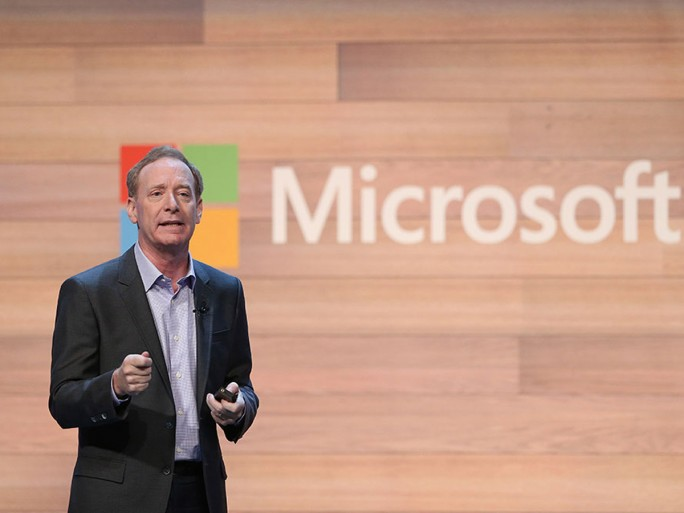 """Microsoft-Präsident Brad Smith hat in Dublin Buch und Website mit dem Titel """"A Cloud for Global Good"""" vorgestellt. In beiden werden Microsofts Cloud-Empfehlungen für die Politik zusammengefasst und begründet.  (Bild: Microsoft)"""