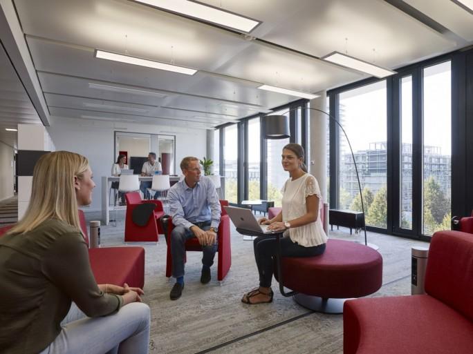 """Einer der """"Share&Discuss"""" gennanten Arbeitsbereich in Microsofts neuer Deutschlandzentrale (Bild: Microsoft)"""