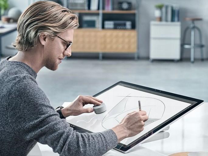 Surface Studio und Surface Dial im Einsatz (Bild: Microsoft)