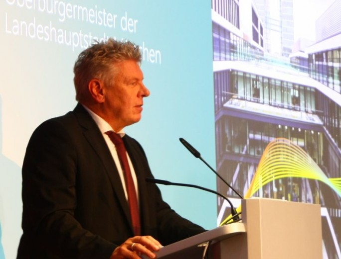 """Münchens Oberbürgermeister Dieter Reiter will nicht, """"dass morgens jemand anders an meinem Schreibtisch sitzt"""", findet aber das Konzept des """"Vertrauensarbeitsplatzes"""" interessant (Bild: silicon.de)"""