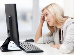 Frau verzweifelt vor Computer (Bild: shutterstock/ Syda Productions)