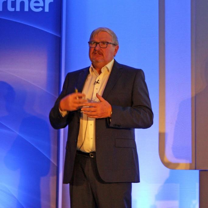Dieter Steinmann, Senior Manager Information and Communication Services bei Fraport, lässt in einem Lab innerhalb von vier Wochen neue Anwendungen ausprobieren. (Bild: Martin Schindler)