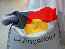 Dem anhaltenden Druck der US-Behörden ist Microsoft inzwischen erfolgreich ausgewichen und hat Möglichkieten gefunden, Cloud-Dienste ihrem Zugriff zu entziehen und so auch in Europa rechtskonform anbieten zu können - worauf es etwas stolz aber auch humorvoll in der neuen Deutschland-Zentrale hinweist (Bild: silicon.de)