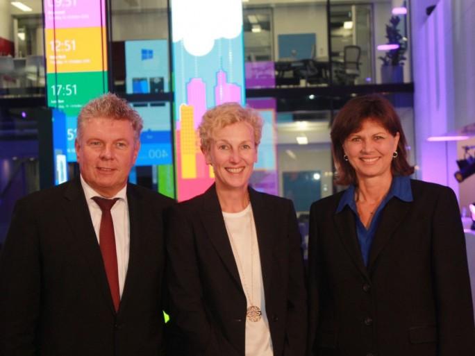 Münchens Oberbürgermeister Dieter Reiter, Microsoft-Chefin Sabine Bendiek und Bayerns Wirtschaftsministerin Ilse Aigner beim offiziellen Gruppenfoto zur Einweihung der neuen Deutschlandzentrale des US-Konzerns (Bild: silicon.de)